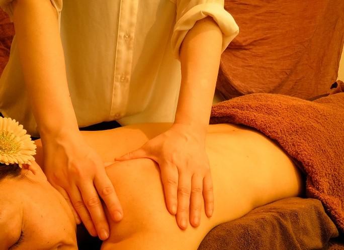 肩甲骨はがし コリ 血流 リンパ にアロマでマッサージ ボディエステでラインもスッキリ